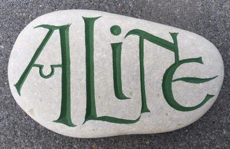 Een steen bestellen : je naam in steen gekapt.